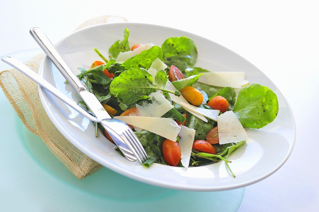 Salad leaves with tomatoes and Parmesan