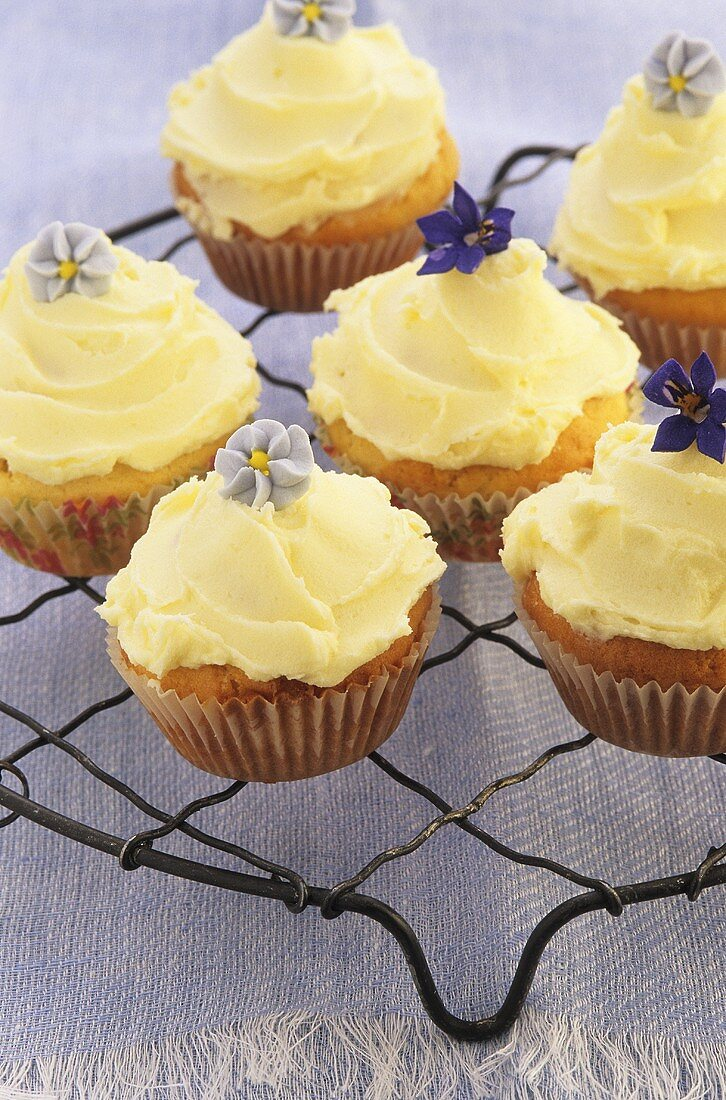 Several cupcakes with buttercream and flowers