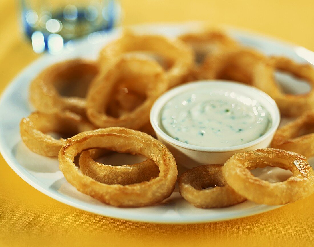Deep-fried onion rings with dip