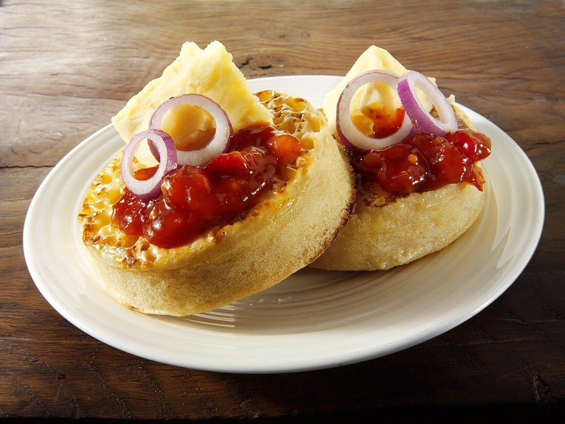 Crumpets with tomato chutney and cheese