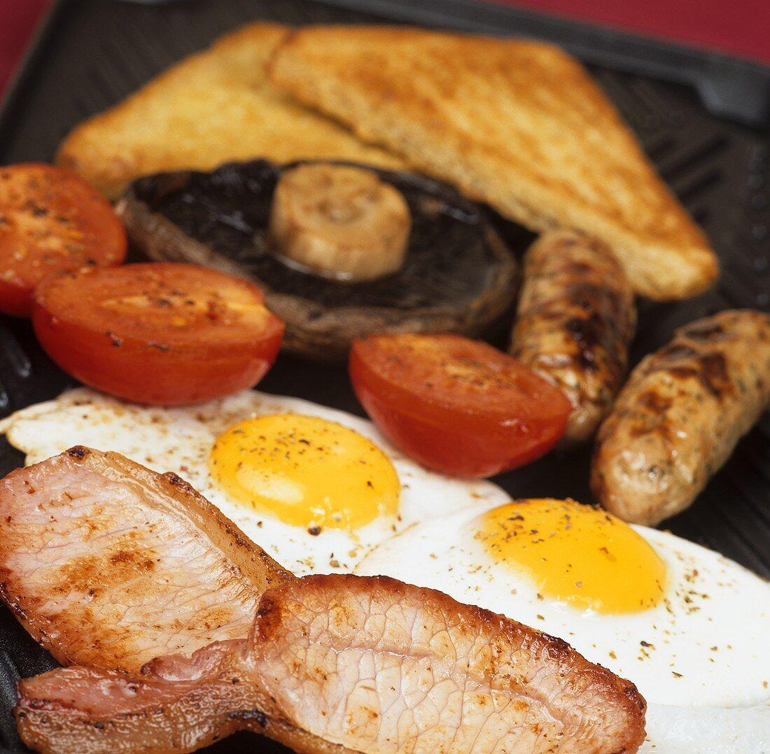 English breakfast using organic products: bacon, egg etc.