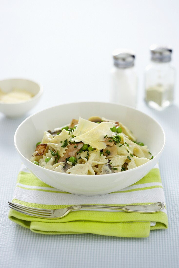 Carbonara coi piselli (Pasta with egg, bacon and peas)