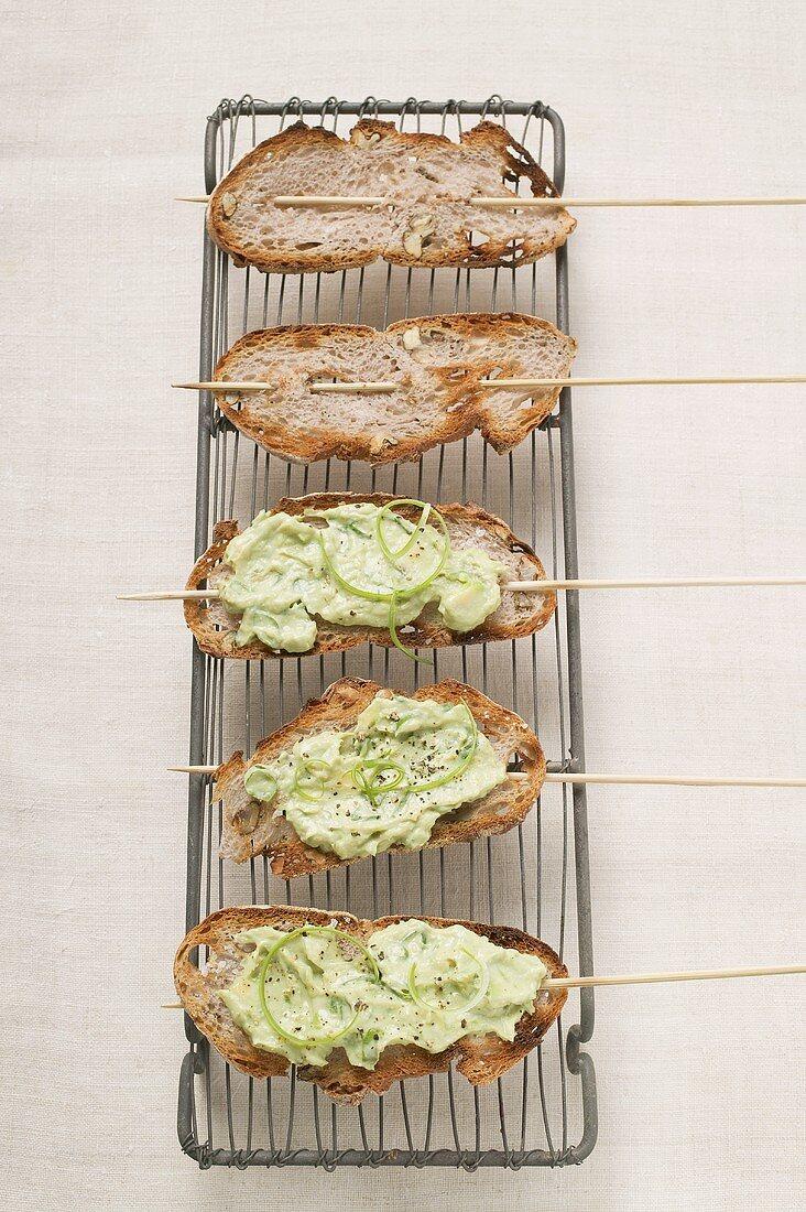 Avocado-Acerola-Aufstrich mit Tofu auf Nussbrot