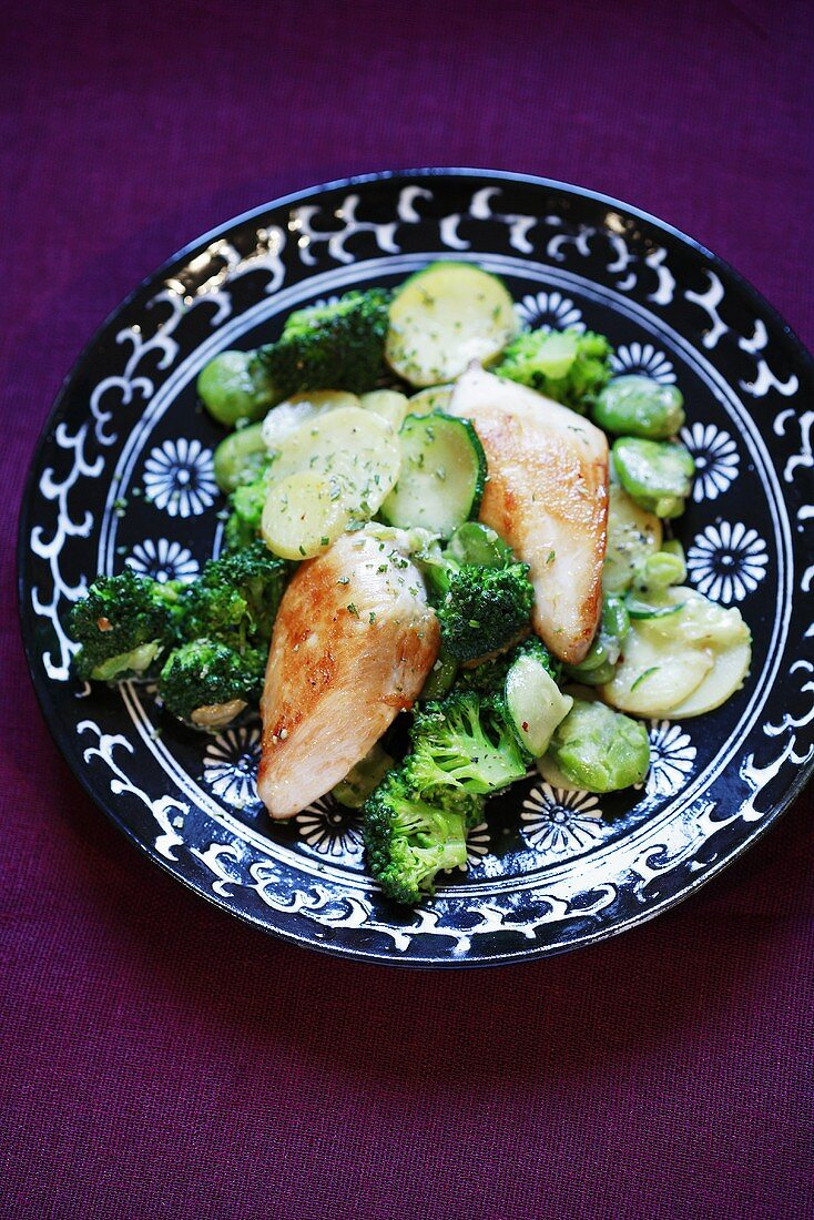 Chicken breast with courgettes, broccoli and potatoes