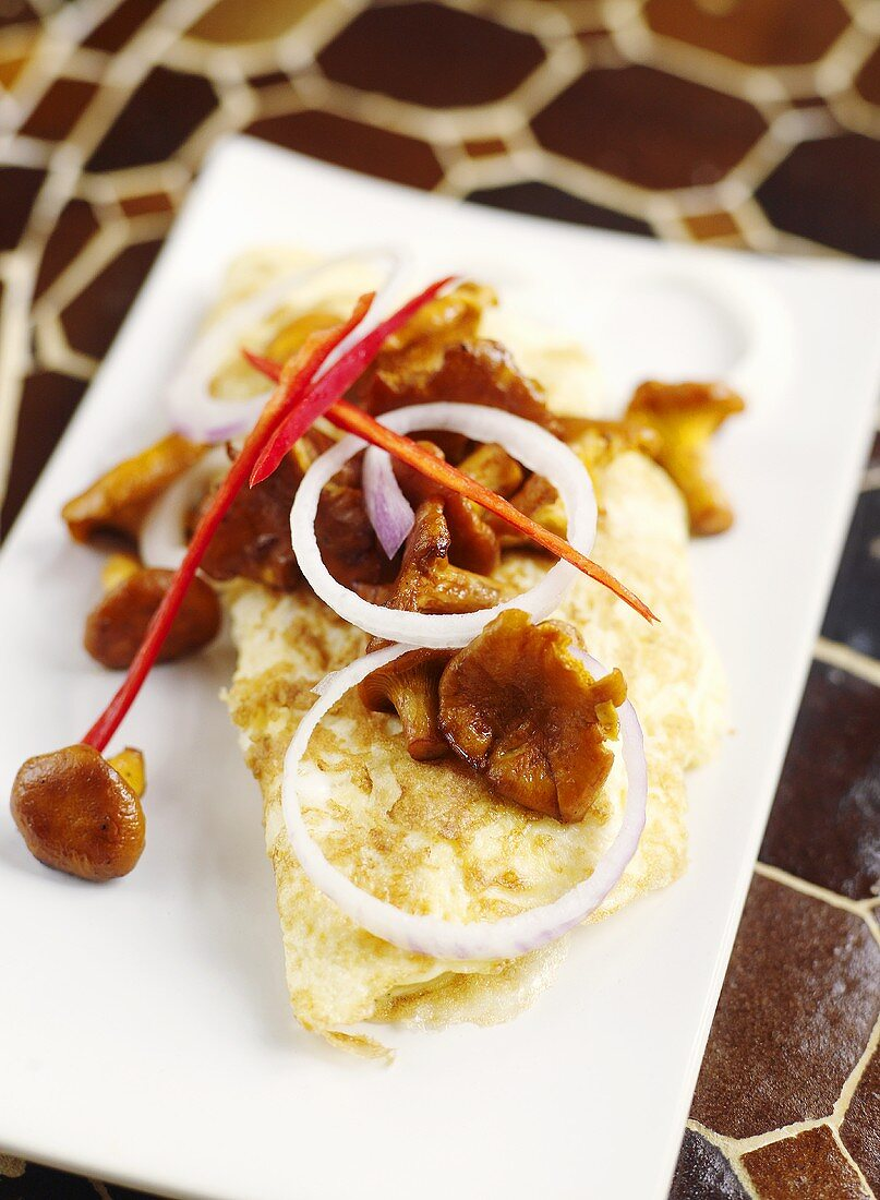 Omelette with chanterelles and onion rings
