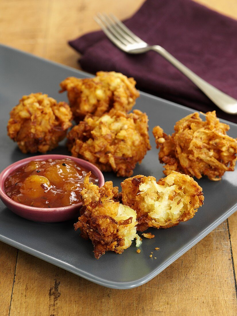 Onion bhajis (Indian onion fritters) with chutney