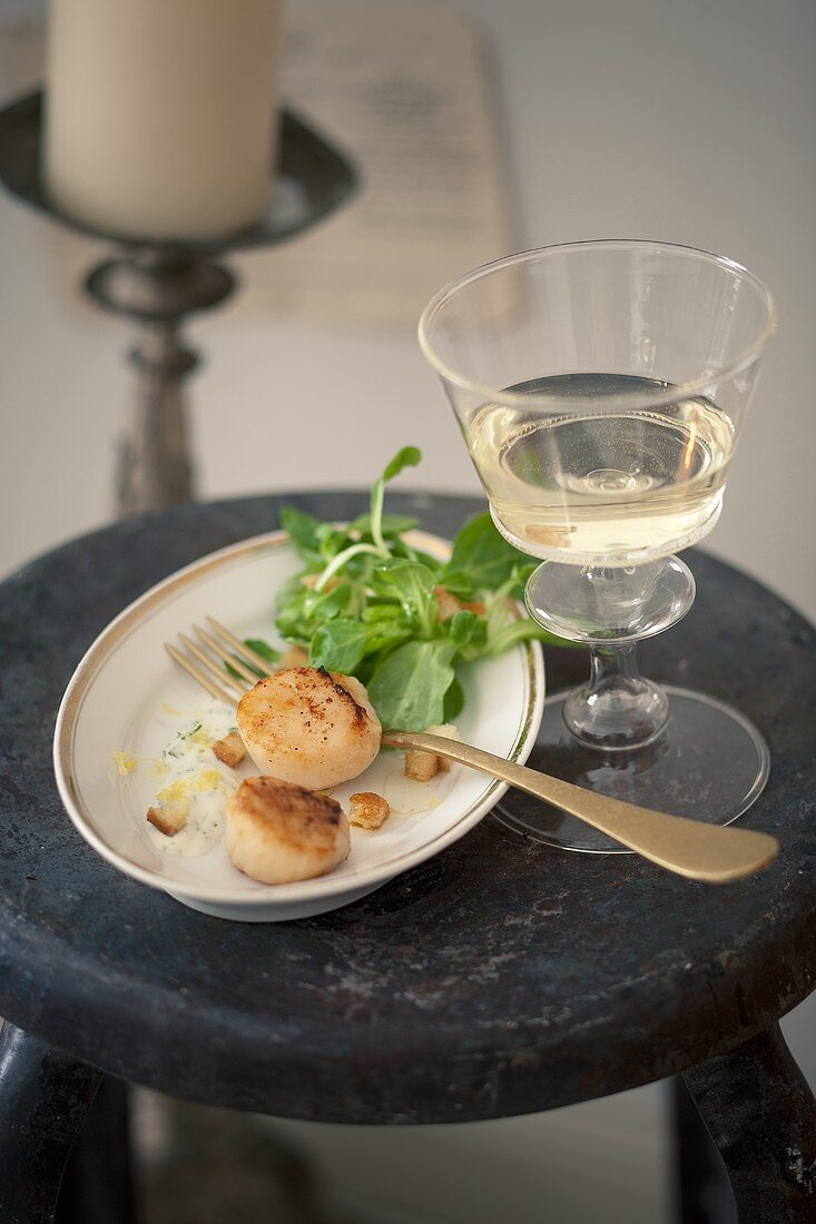 Fried scallops with lamb's lettuce
