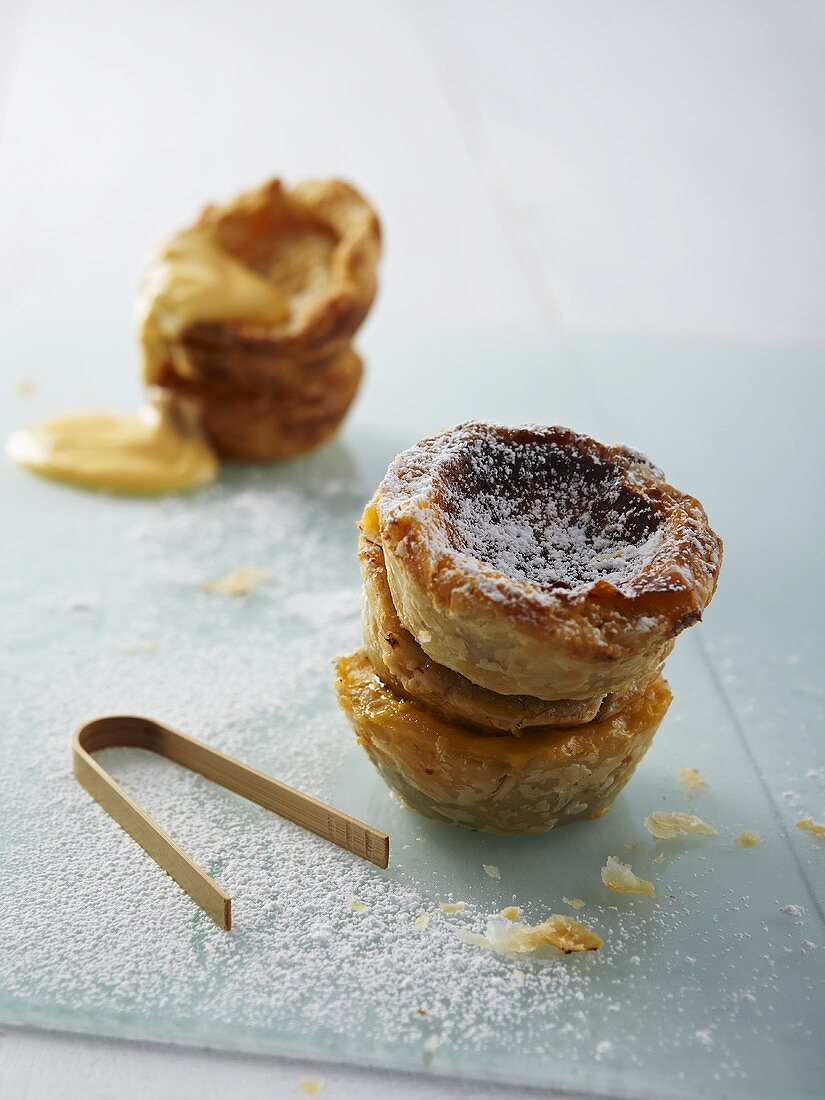 Puff pastry tartlets with fruit spread and custard cream