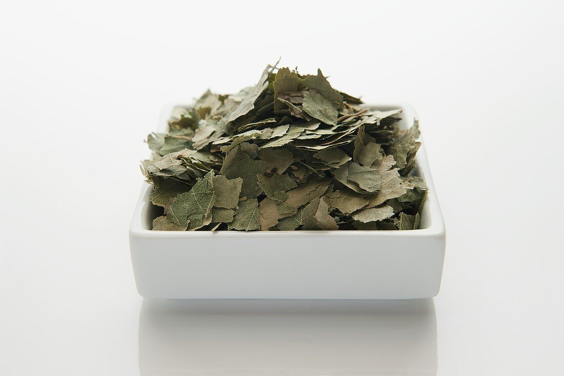 Dried birch leaves (betulae folium)