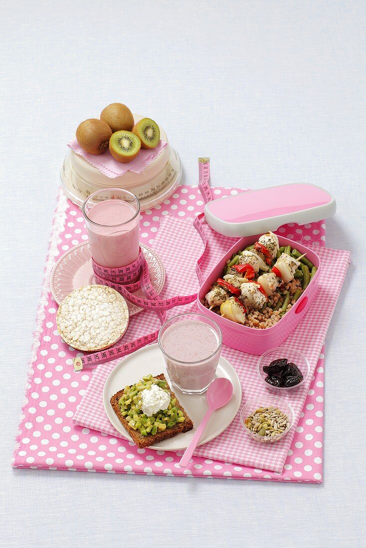 Food for one day consisting of 1, 600 calories: bread with avocado and quark, raspberry drink, cherry drink, a rice waffle, chicken kebab with buckwheat, kiwi, nuts and prunes