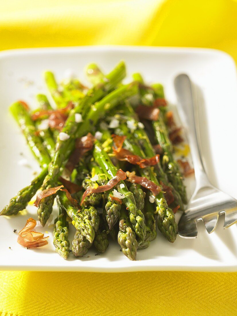 Grilled asparagus with bacon strips