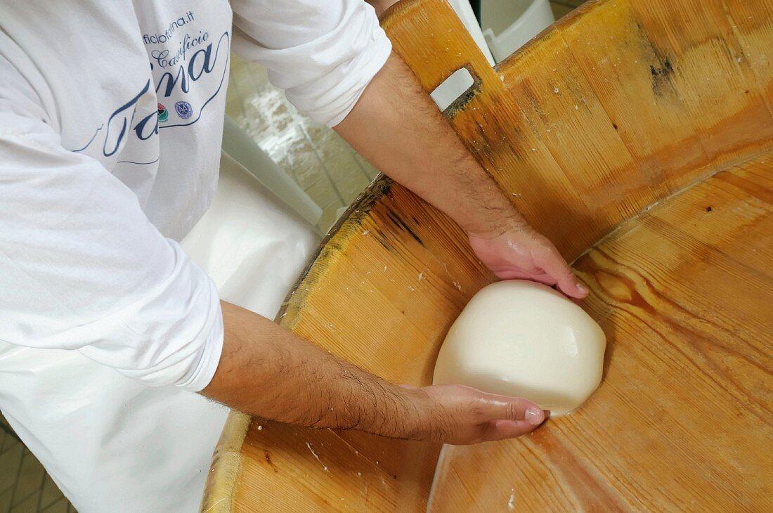 Büffelmozzarella herstellen, Provinz Caserta, Italien