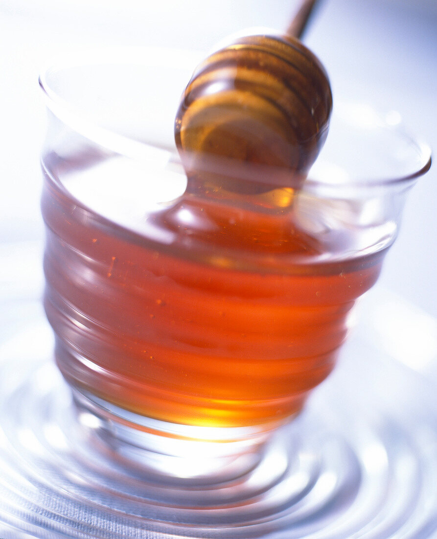 Ein Glas Honig mit Honiglöffel