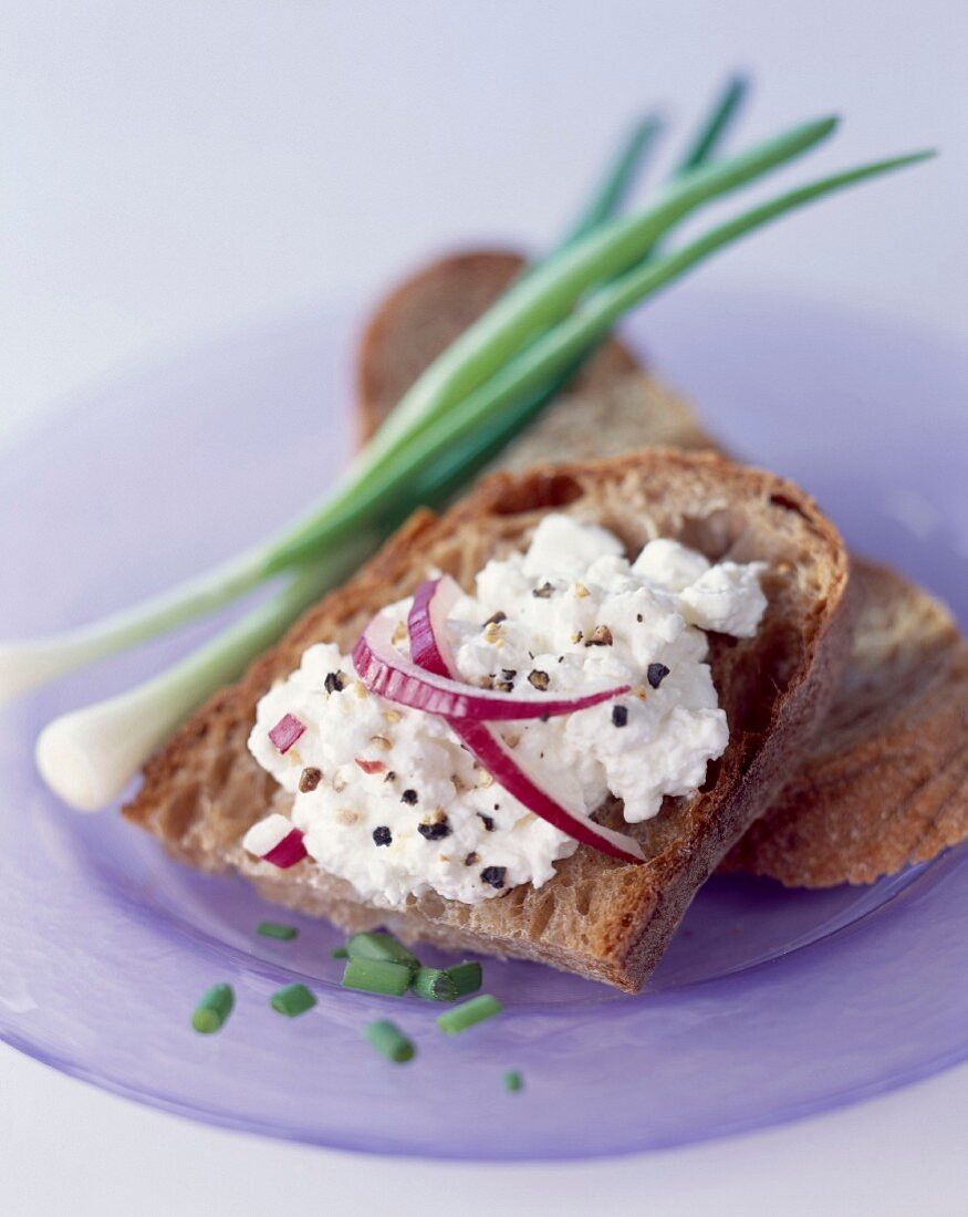 Cottage cheese and chives on bread