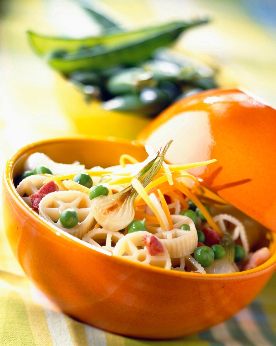 Pasta with peas, onions and diced bacon