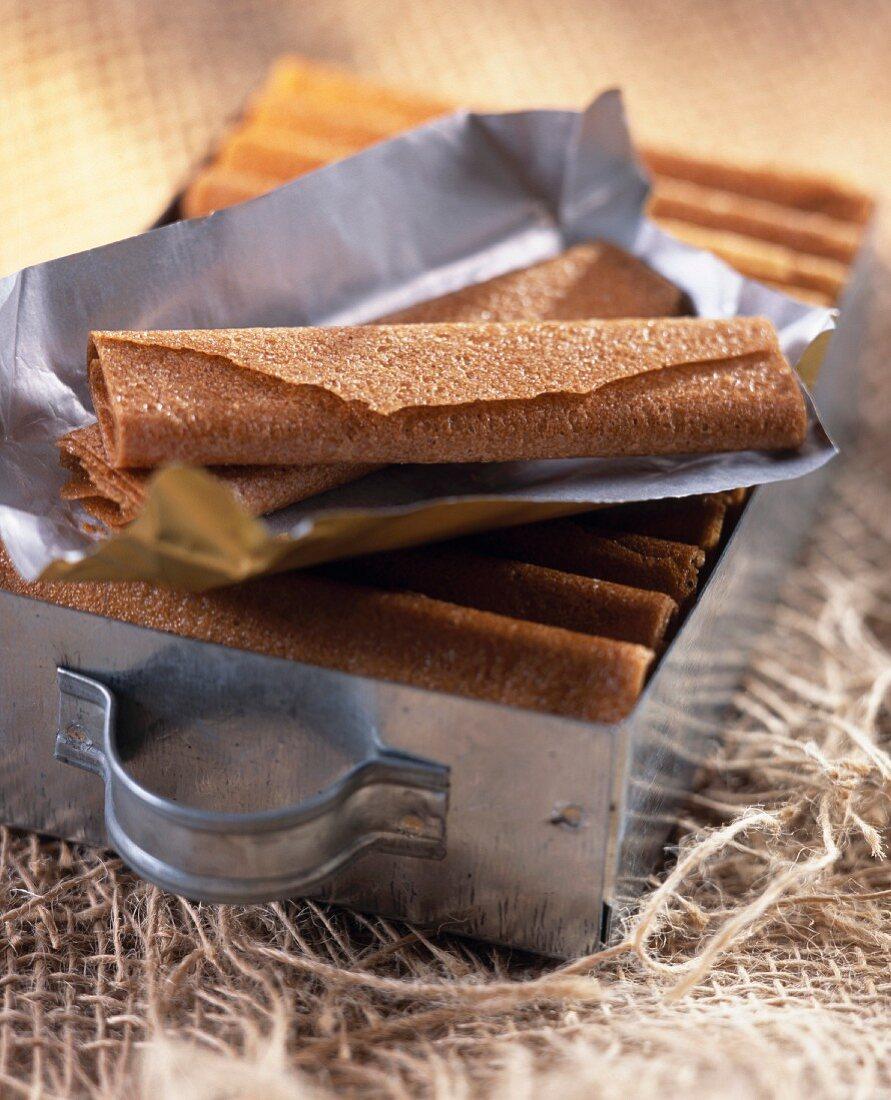 Gavottes (knusprge Crêpes) mit Papier auf einer gefüllten Dose
