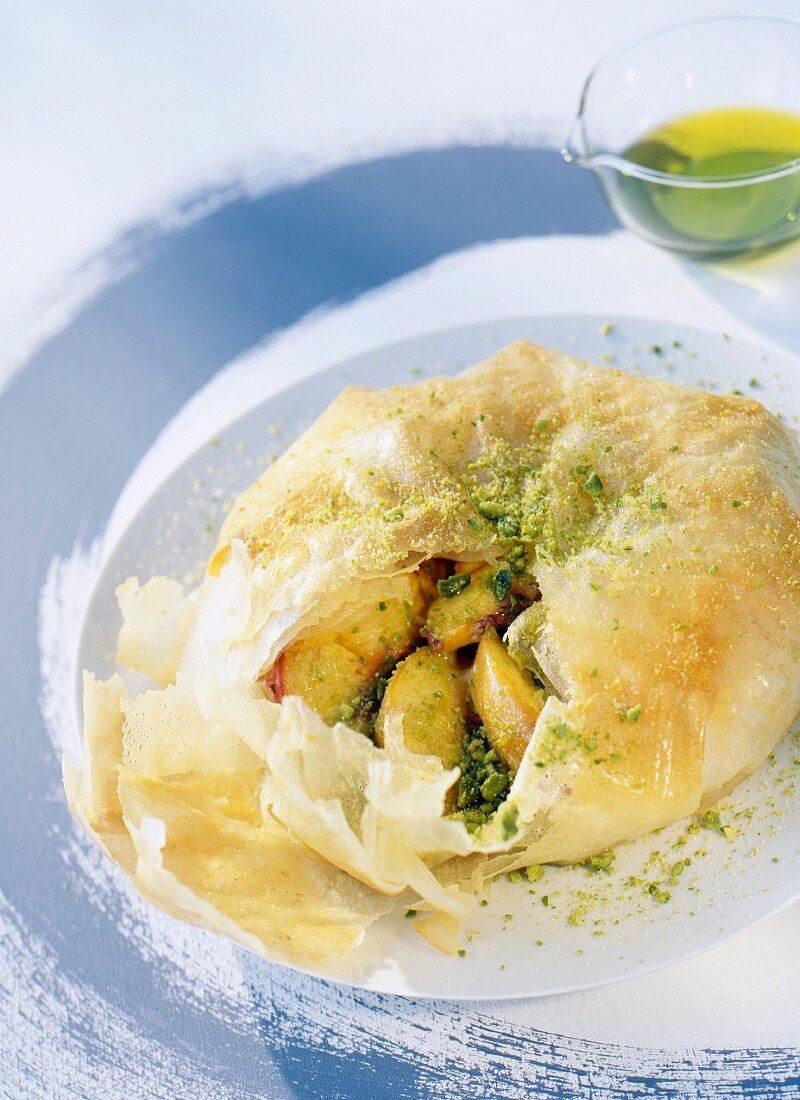 Pastilla (marokkanische Pastete) mit Pfirsich und Pistazienöl