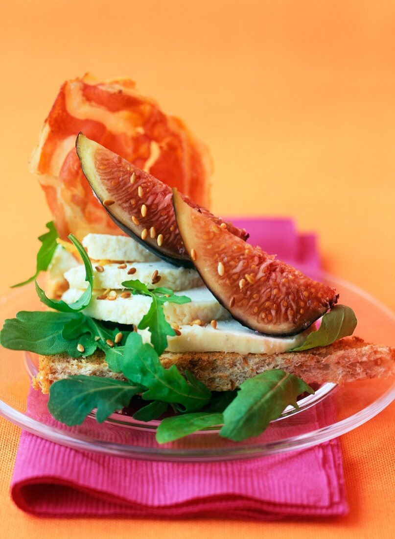 American wholemeam bread with figs and goat cheese