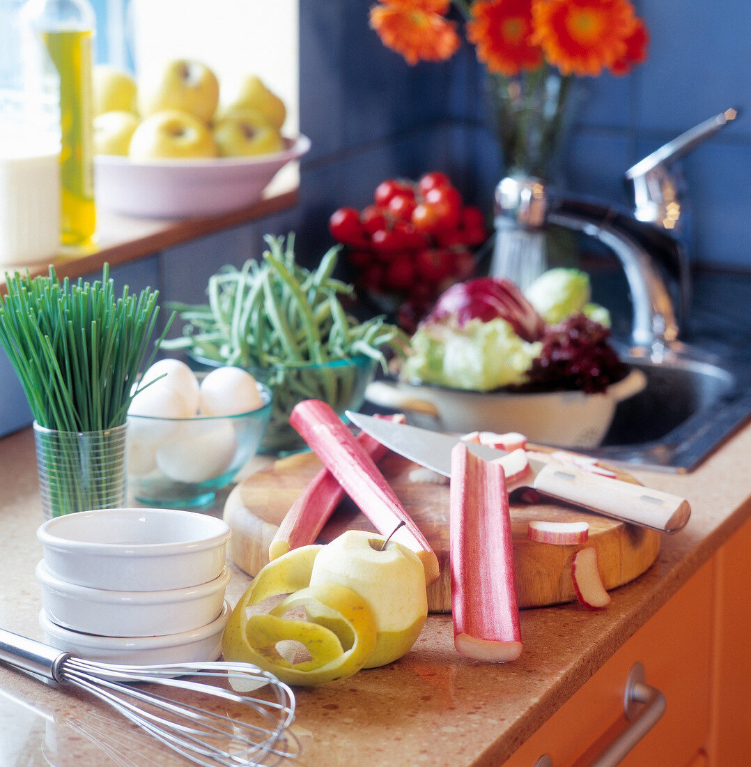 Kochzutaten, Obst und Gemüse auf der Arbeitsplatte in der Küche