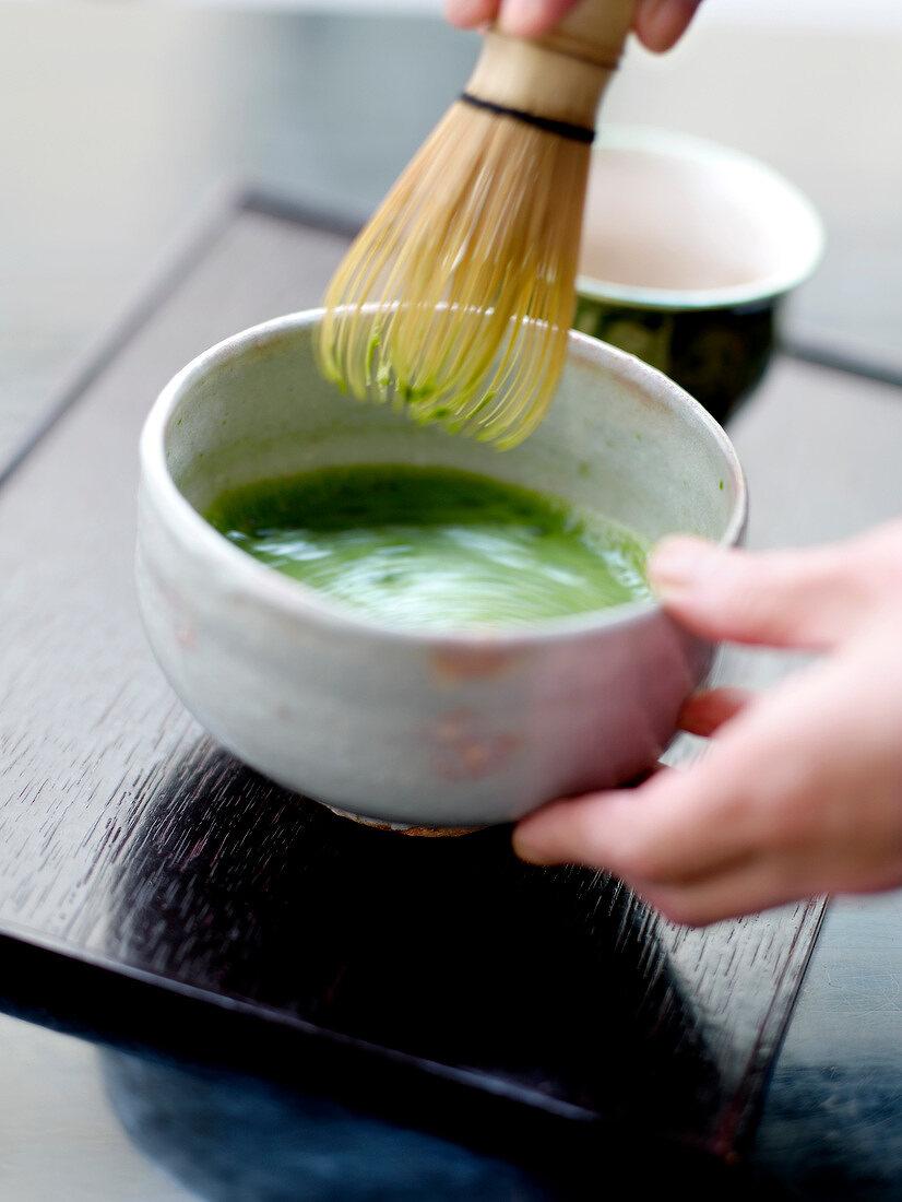 Preparing green tea