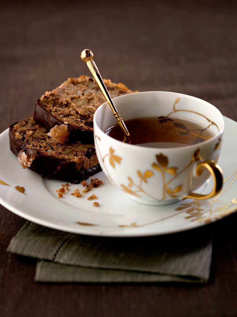 Spicy candied chestnut cake and a cup of tea
