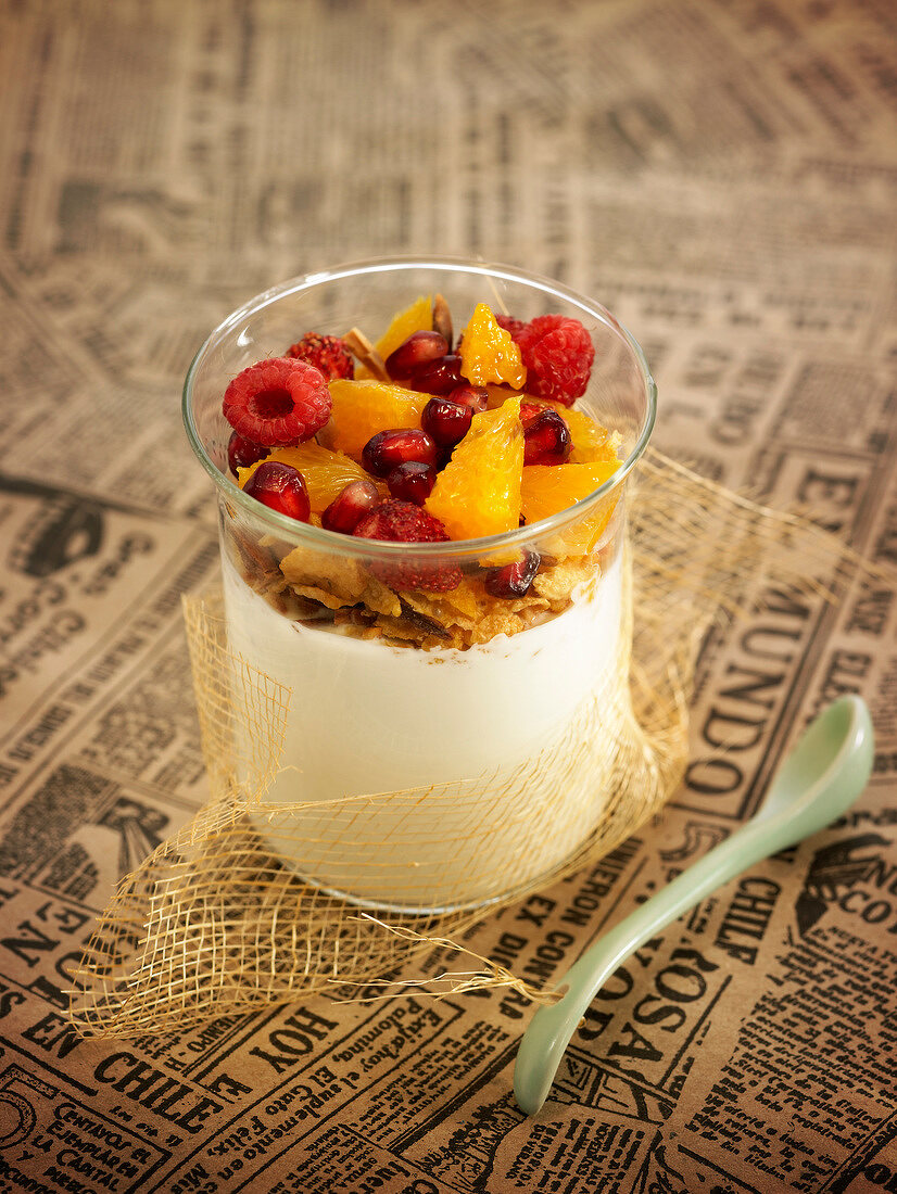 Orange blossom-flavored curdled milk with corn flakes and fresh fruit