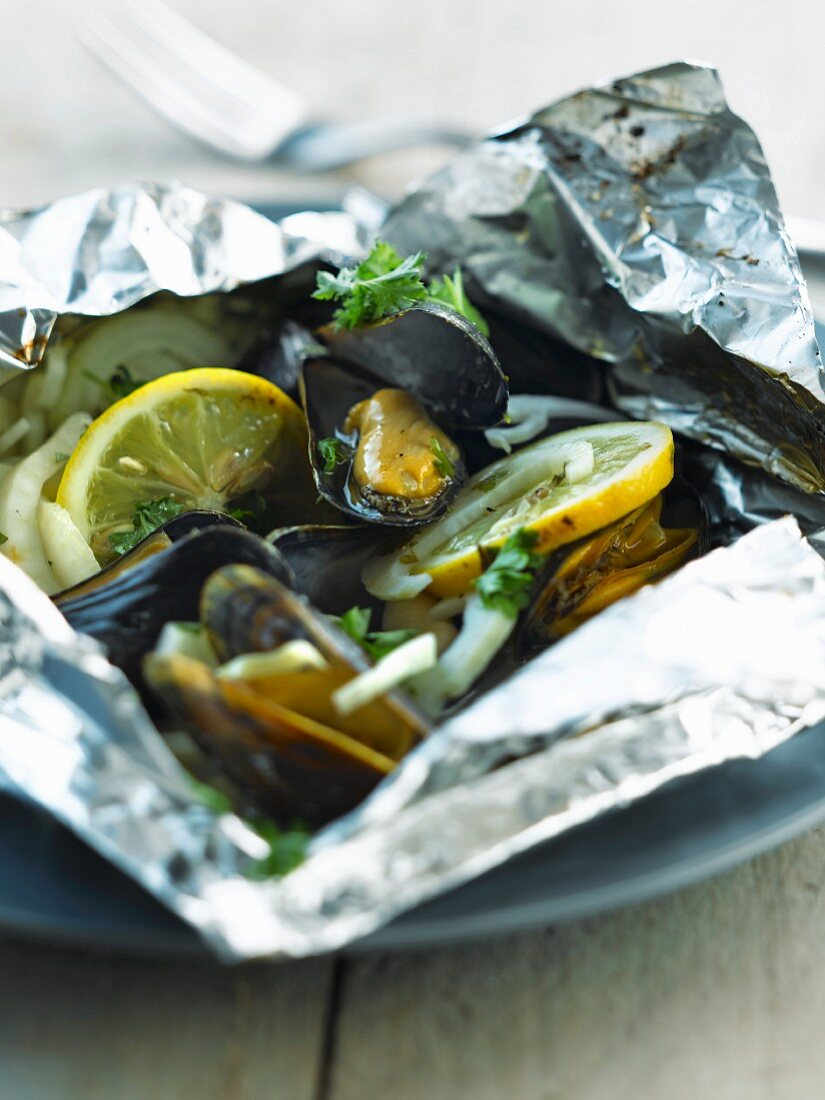 Mussels with lemon and fennel cooked in aluminium foil