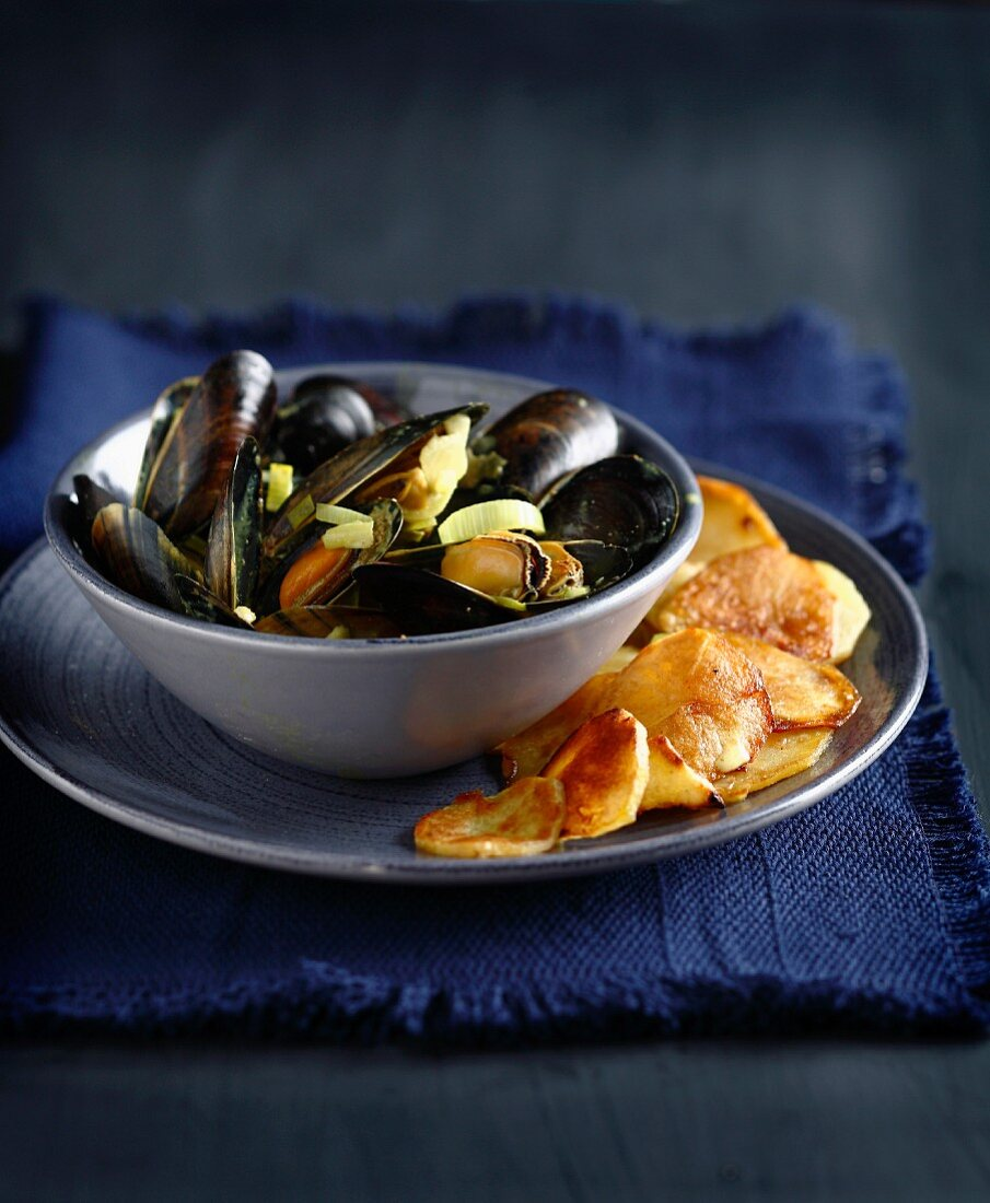 Mussels in curry sauce and sauteed potatoes