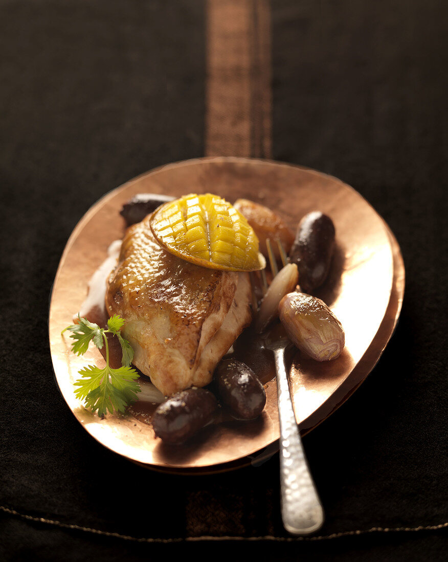 Roasted guinea-fowl with mango and small blood sausages