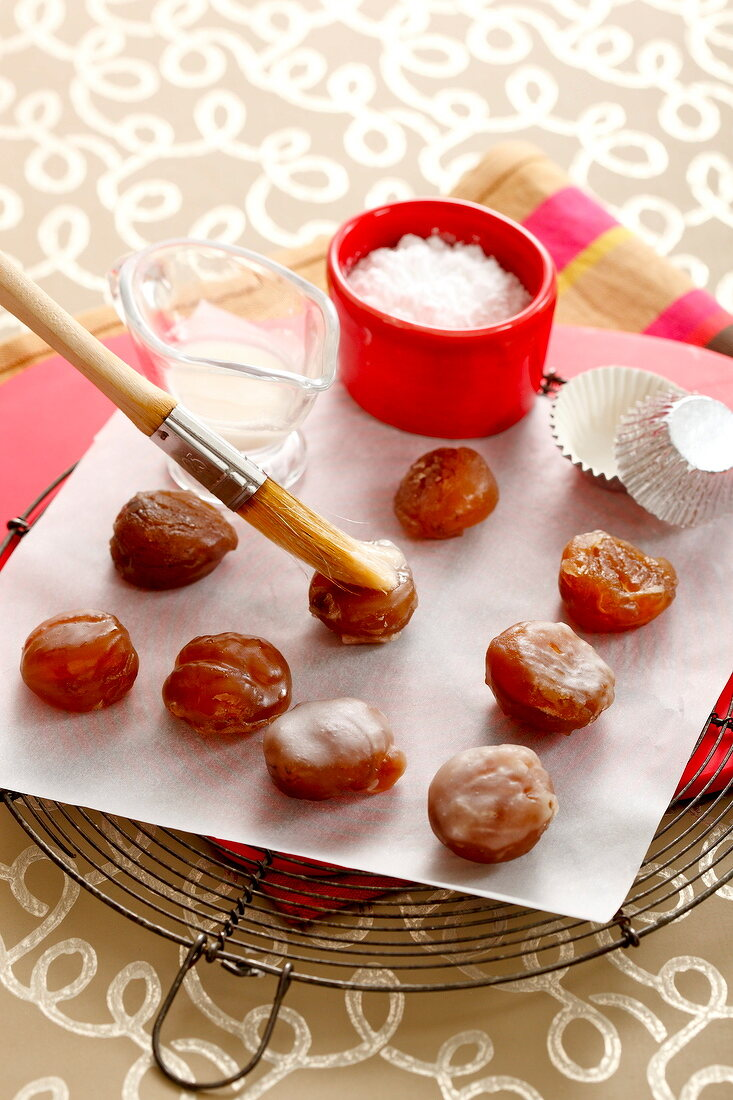 Coating the chestnuts with icing