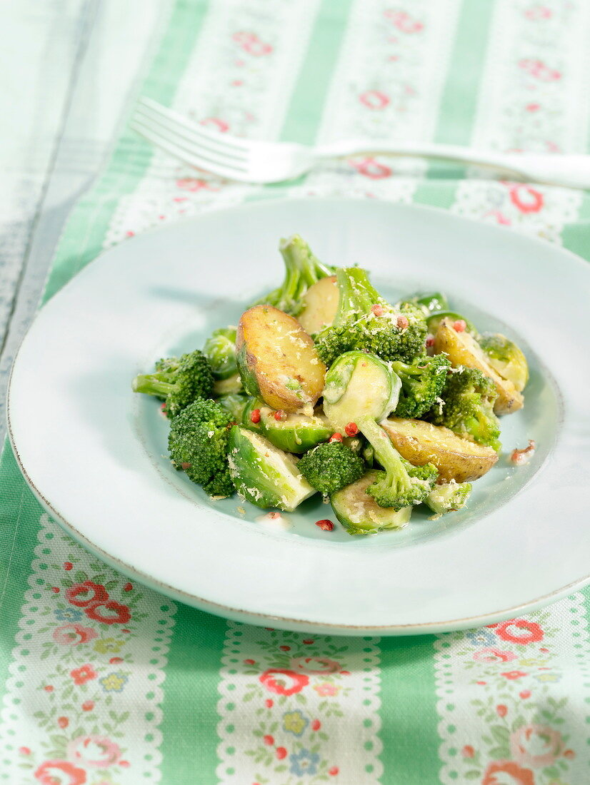 Pan-fried broccolis, Brussels sprouts and potatoes