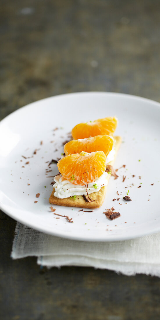 Crisp shortbread with clementines and lime-flavored whipped cream