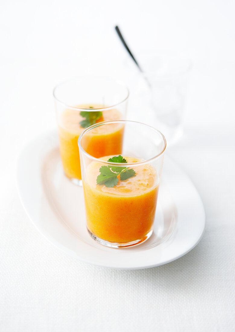 Paprika-Karotten-Suppe in Gläsern