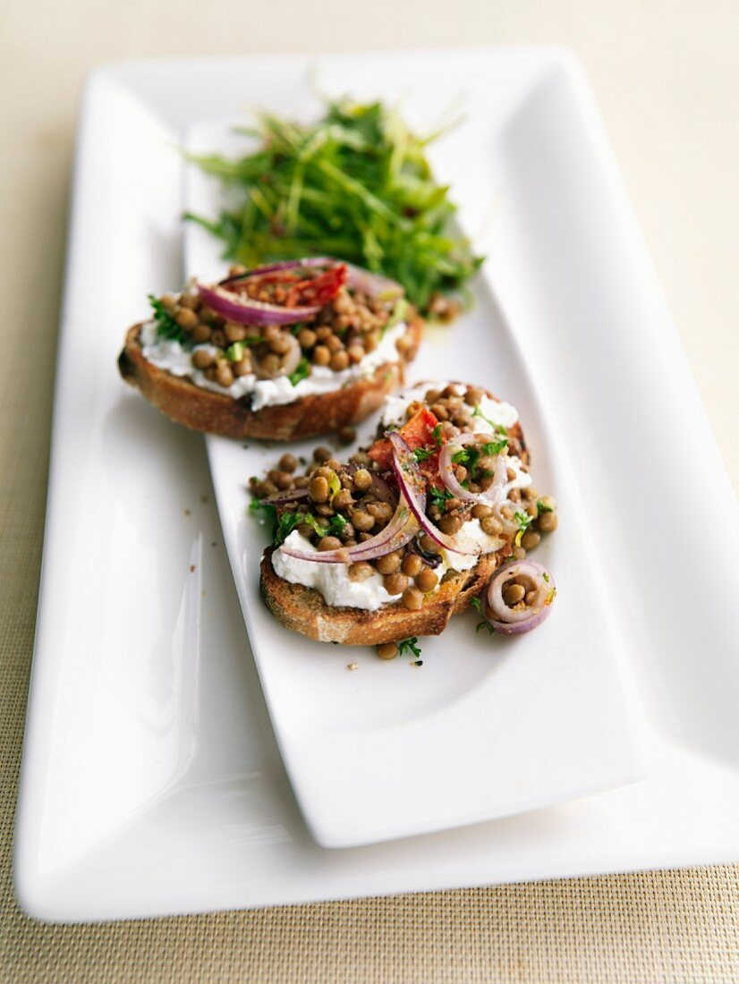 Cream cheese, lentils and onions on sliced bread