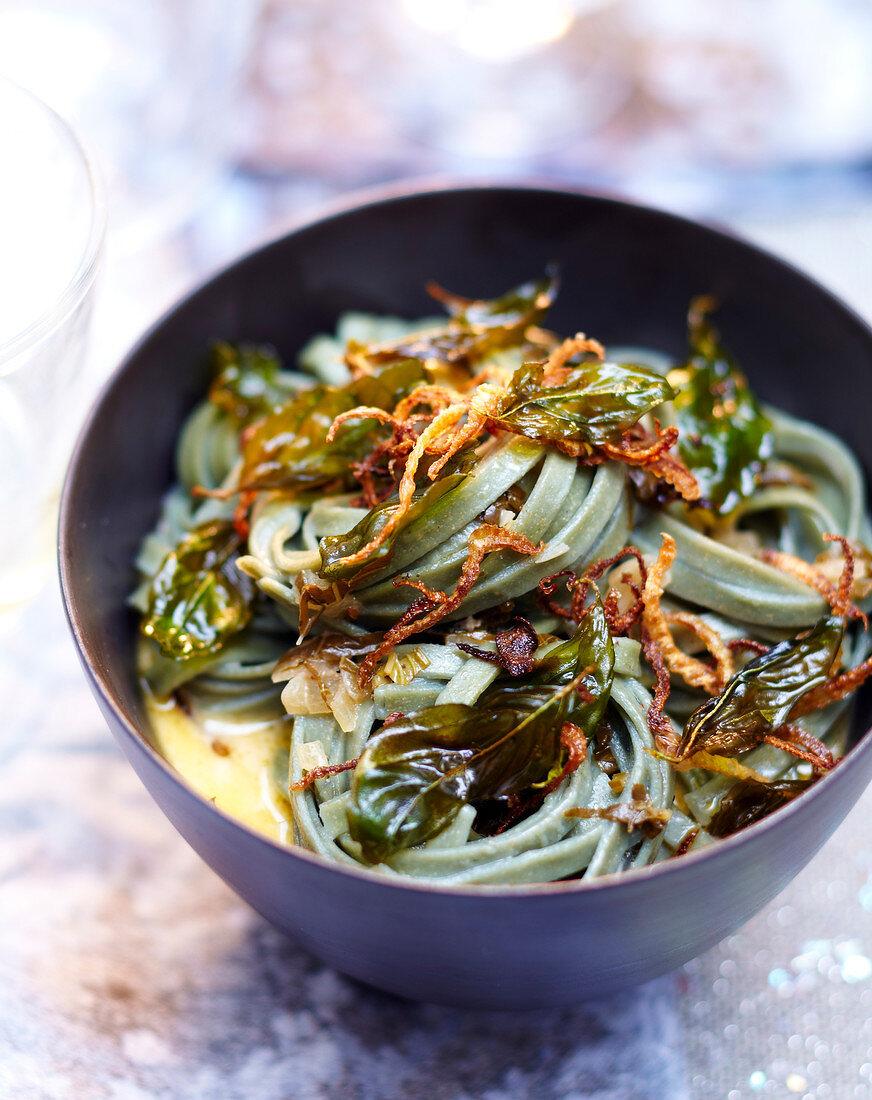 Spiruline tagliatelles with fried fennel and basil leaves