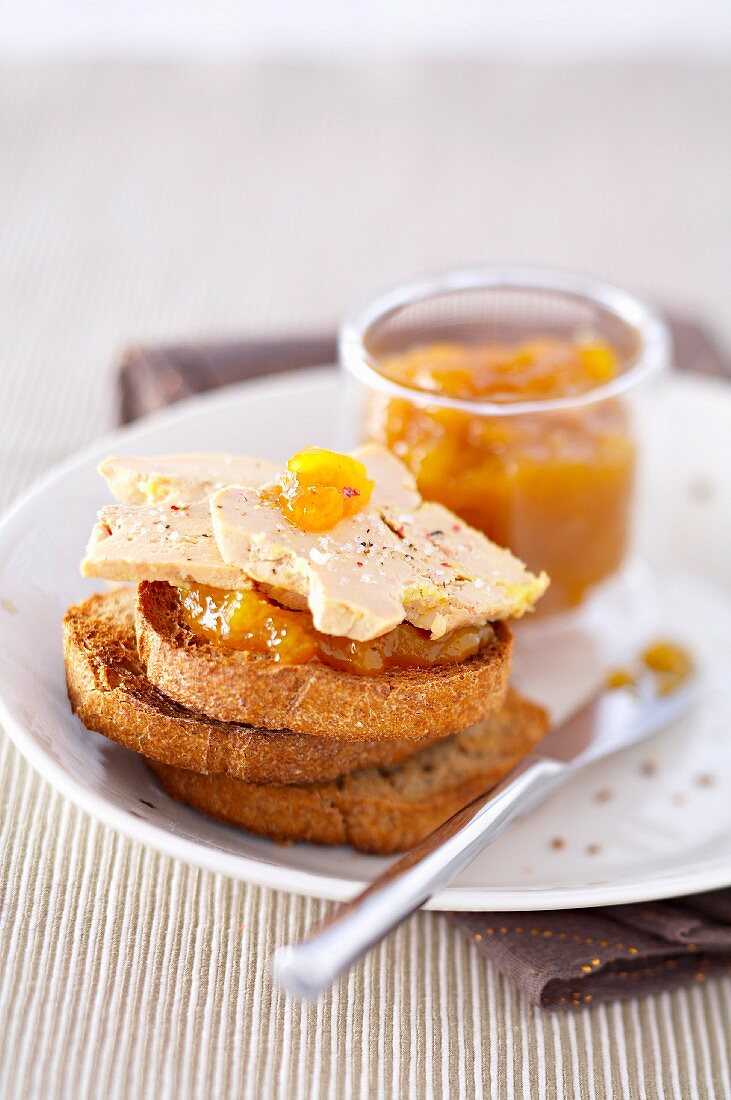 Toasted wholemeal bread with foie gras and mango jam