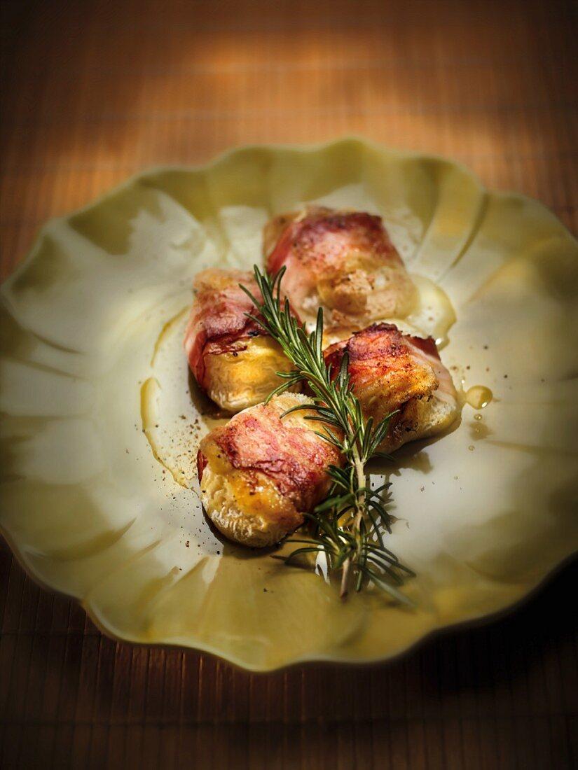 Crottins de chèvre à la plancha with bacon and rosemary
