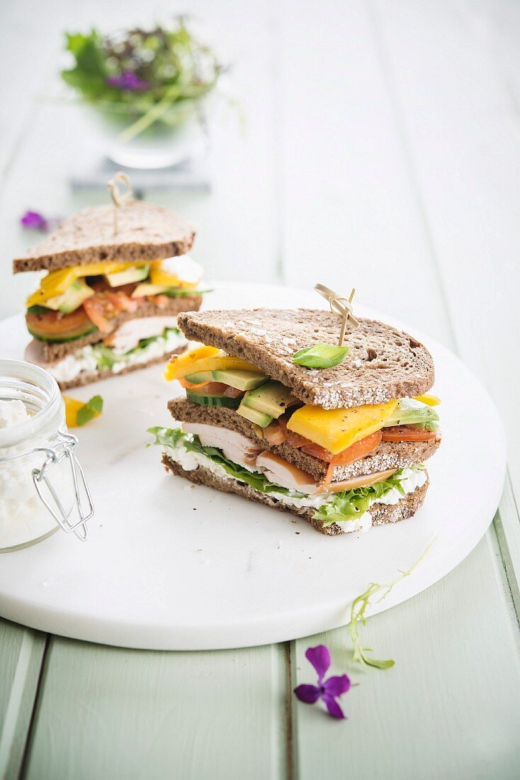 Smoked chicken sandwich with mango and avocado