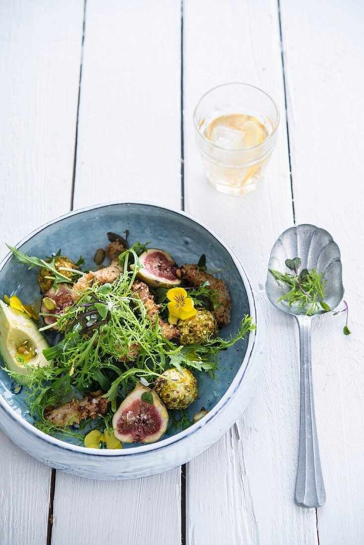 Green salad with pistachio goat's cheese balls, figs and turkey