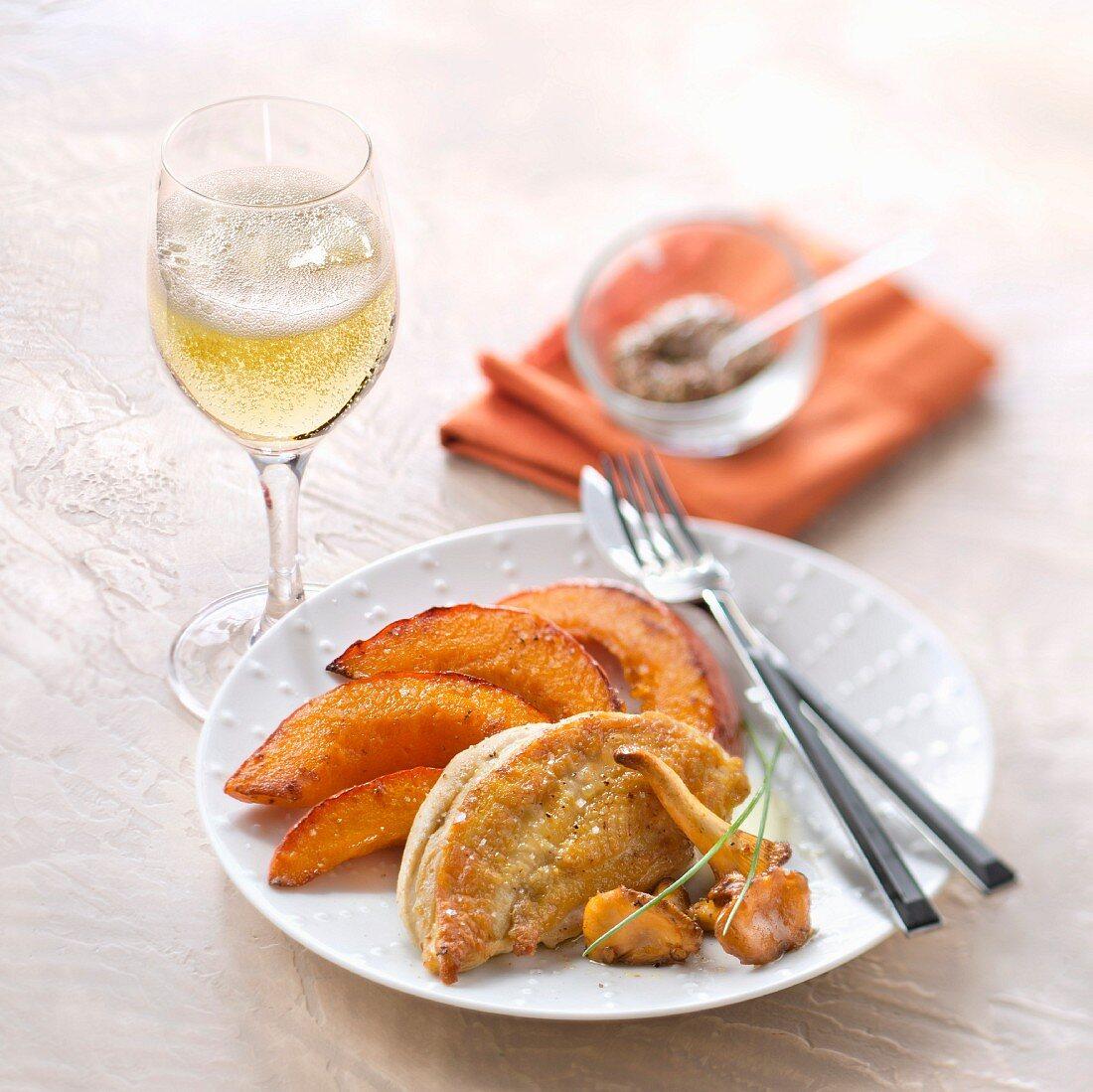 Gebratene Geflügelbrust mit Pfifferlingen, gegrilltem Kürbis und einem Glas Crémant