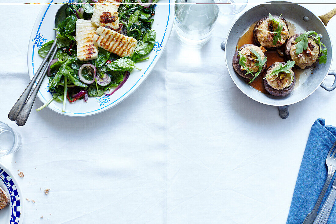 Stuffed red onions, spinach salad and onions with grilled halloumi