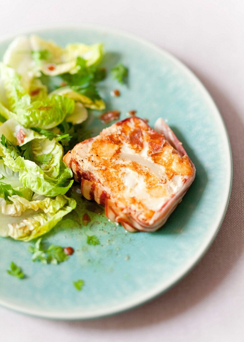 Terrine nach Art eines Farcement (pikanter Kuchen mit Kartoffeln und Speck aus Savoyen) mit Little-Gem-Salat