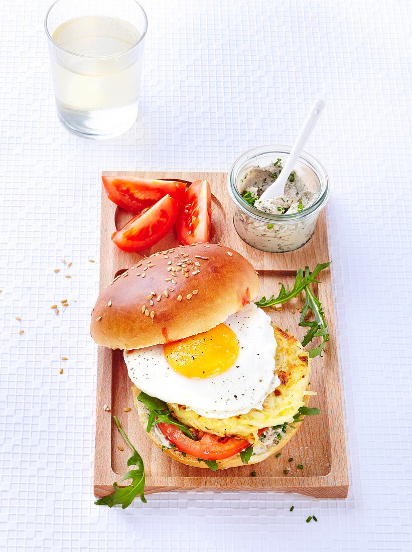 Lactose-free and butter-free potato rösti burger with fried egg