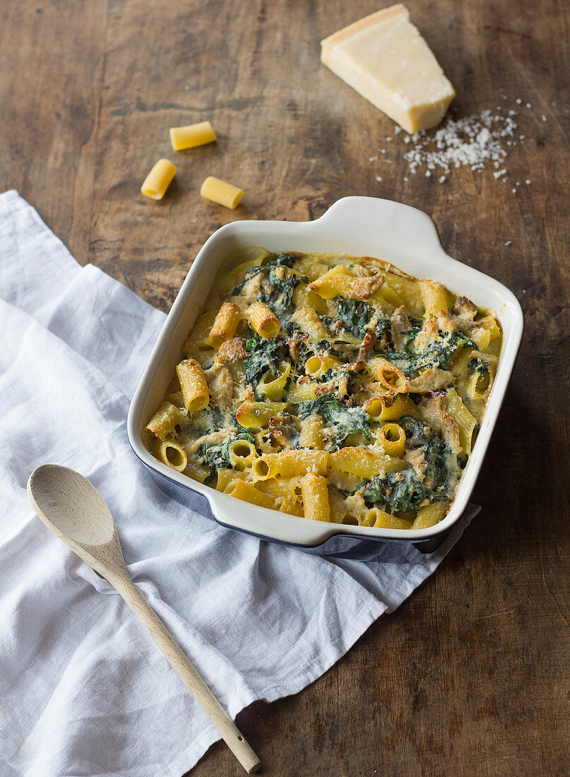 Spinach rigatoni gratin with gorgonzola sauce