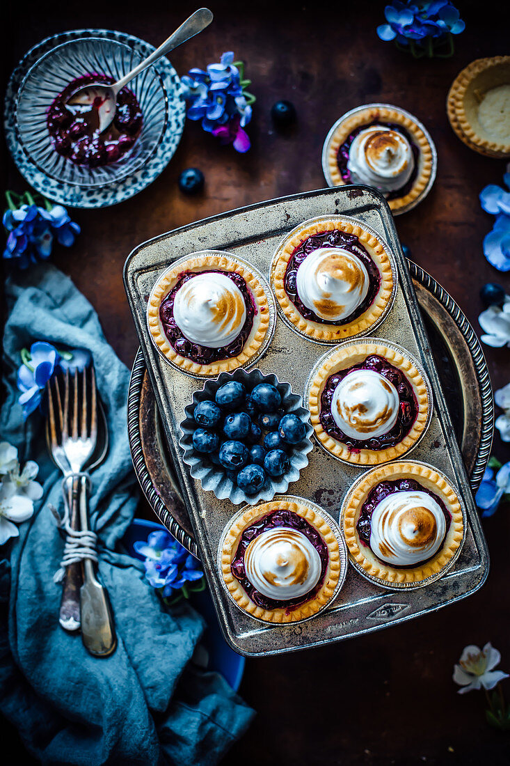 Meringue tarts with blueberries