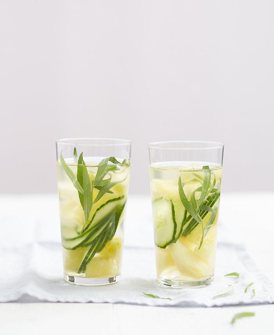 Eisgekühltes Sommergetränk mit Gurke, Ananas und Estragon