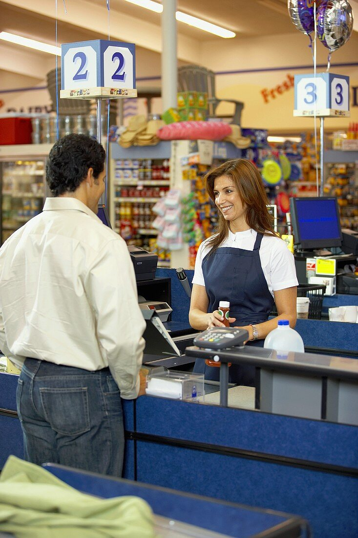 Check-out girl serving customer in a supermarket (USA)