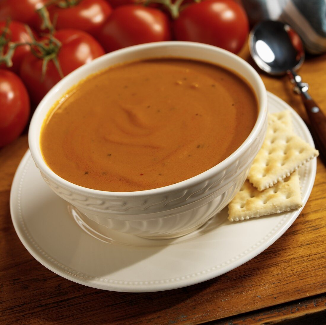 Spicy creamed tomato soup with crackers
