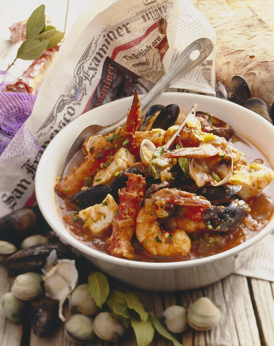 Meeresfrüchteeintopf, frische Muscheln auf Zeitung (USA)