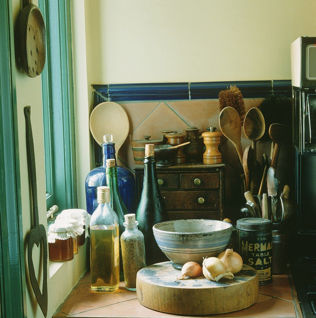 Blick auf Abstellfläche in Küchenecke am Fenster mit alten Küchenutensilien & Lebensmitteln